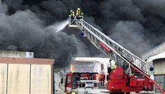 V Písnici hořela plechová hala, na místě zasahovalo asi 100 hasičů, požár je pod kontrolou