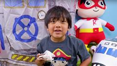 Sedmiletý kluk je youtuberem s nejvyššími příjmy. Jeho recenze na hračky mu vydělaly půl miliardy korun