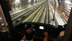 Pád muže do kolejí večer zastavil část linky B pražského metra, provoz na trase byl obnoven
