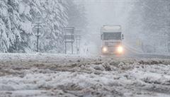 Sníh komplikuje dopravu, tvoří se sněhové jazyky i náledí, na Vysočině zapadly kamiony