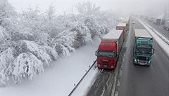Silné sněžení ztěžovalo dopravu. Problémy měly hlavně kamiony, přibylo nehod aut i vlaků
