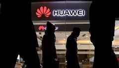 'Diamantové' sklo se mu od Huawei vrátilo rozřezané laserem. Od FBI dostal skrytý mikrofon a stal se volavkou