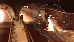 Neuvěřitelná nehoda. BMW se před tunelem vzneslo do vzduchu a vrazilo do klenby