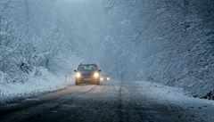 Dopravu v Česku komplikuje první sníh. Na Vysočině je zavřená silnice