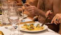 Jediná nudistická restaurace v Paříži pro nezájem zavře