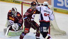 Konečně začneme hrát hokej, těší se brankář hokejové Sparty Machovský. Kouč Krupp je podle něj lidský