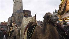 Centrem Prahy prošel tříkrálový průvod na velbloudech, požehnal mu kardinál Duka