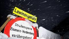 Lyžař zahynul, když ho pohltil sněhový val. Německo a Rakousko nadále souží husté sněžení