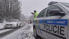 D1 po přívalu sněhu opět zkolabovala. Kamiony nemohly vyjet kopec, policie odkláněla dopravu