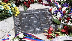 V Karolinu odhalili pamětní dlaždici Palacha. Jeho čin nesmí být zapomenut, řekl rektor Zima