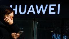 Firma Huawei připouští, že ji poškozují americké sankce. Nedaří se jí nahradit aplikace Googlu