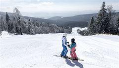 Začíná další turnus jarních prázdnin. Volno má i půlka Prahy, sněhu na horách je dostatek