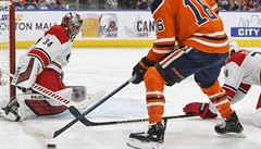 NHL: Mrázek i přes čtyři inkasované branky oslavil s Carolinou výhru