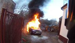 Senior a dvouletá holčička málem uhořeli v autě. Na poslední chvíli pomohl soused
