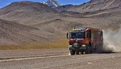 Speciální tatrabus vozí turisty v jihoamerické poušti až do tisícových výšek