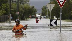 Při stoleté povodni v Austrálii plavou v ulicích krokodýli a jedovatí hadi