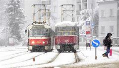 Česko bojovalo se sněhem. Omezen byl provoz MHD i vlaků, letiště odklonilo některé lety
