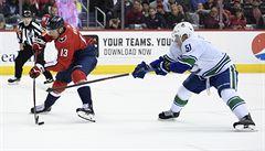 VIDEO: Vrána dal v NHL kuriózní gól, Pastrňák si připsal dvě přihrávky