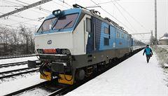 Porucha trakčního vedení komplikuje železniční dopravu, z Prahy neodjely vlaky do Kolína či Berouna