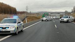 Ujížděl policii v Mitsubishi vysokou rychlostí. Na D4 u Dobříše havaroval