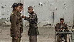 'Šílenství je nakažlivé.' V seriálové Hlavě 22 bude na vojáky pořvávat George Clooney