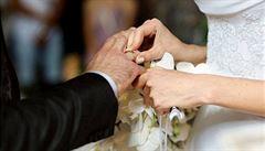 Nový trend: přibrat manželovo příjmení, ale nepřidávat '-ová'