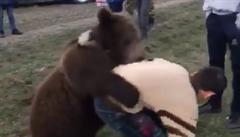 VIDEO: Příprava mladých ruských bojovníků? Férová potyčka s medvědem