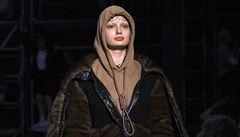Značka Burberry se musela omluvit za kontroverzní model s provazem oběšence