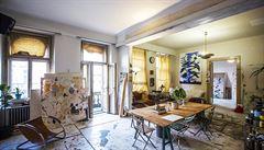 Jak bydlí designéři: podlaha od barev, kožené křeslo a trám pod ložnicí