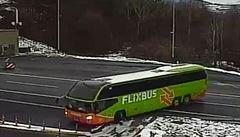 Patnáctimetrový autobus se otáčel do protisměru na D8. Řekla mi to navigace, tvrdil řidič