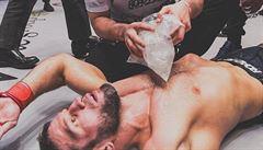 VIDEO: Bratranec šampiona UFC po brutálním kopu kolenem do hlavy 'usnul'