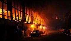 Požár v garážích poškodil 12 zaparkovaných autobusů, při zásahu se zranil jeden hasič