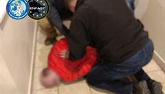 Policie v Praze zadržela mezinárodně hledaného muže. Má jít o nájemného vraha, měl falešné doklady a zbraň