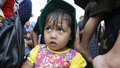 Naděje pro přeživší: letadlová loď s pomocí dorazila k Filipínám