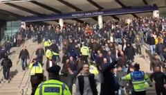 VIDEO: Incident při zápase nesmiřitelných rivalů. Fanda Arsenalu dostal do hlavy pivem
