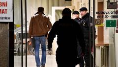 Jeden z postřelených pacientů ve Vinohradské nemocnici zemřel. Druhému se kulka odrazila od lebky