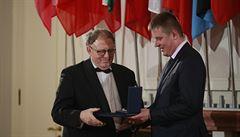 Petříček rozdal medaile za zásluhy o členství v NATO. Mezi oceněnými jsou Albrightová a Robertson