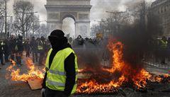 Demonstranti v Paříži zapálili banku a rabovali obchody. 'Přišli jen rozbíjet,' uvedl ministr vnitra