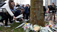 Vlajky na půl žerdi, květinová pieta. Nizozemsko truchlí, policie zadržela další osoby