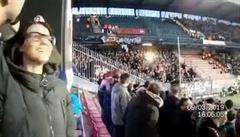 VIDEO: Fotbalová Plzeň se omluvila za šílence, kteří světlicemi zranili diváky