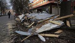 Větrná kalamita. Vichr strhával střechy a lámal stromy, bez proudu bylo 300 tisíc domácností