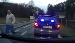 Policistu ve fabii s majáky, který chtěl od řidiče peníze, šetří inspekce. Suspendován nebyl