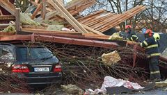 Česko sužuje silný vítr, láme stromy, shazuje střechy. Bez proudu jsou desetitisíce lidí
