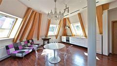 Jak bydlí designéři: terasa pod věží, hodně světla a židle od Kartellu