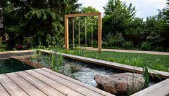 V zahradě se vyhýbejte umělým materiálům a napodobeninám