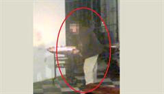 VIDEO: Muž v Brně vytahoval peníze z kostelní kasičky magnetem a lepicí páskou. Bral mince i bankovky