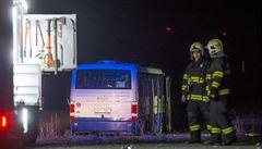 Autobus skončil po srážce s autem v poli. Záchranáři ošetřili 13 lidí