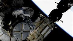 Američtí astronauti šest a půl hodiny vyměňovali akumulátory ve vesmíru