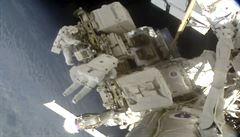 Američané modernizovali ISS. Astronautku musel nahradit muž, nevešla se do skafandru