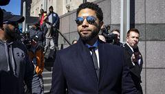 Obvinění proti americkému herci, který měl zinscenovat rasistický útok, byla stažena